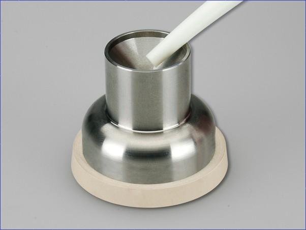 Kovový pohárik na miešanie amalgámu.